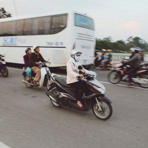 Vermummte Mopedfahrerin. Fehlt noch die Sonnenbrille und die Handschuhe