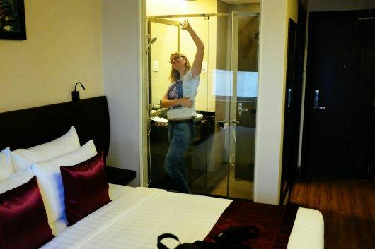 Unser Zimmer mit einer transparenten Dusche